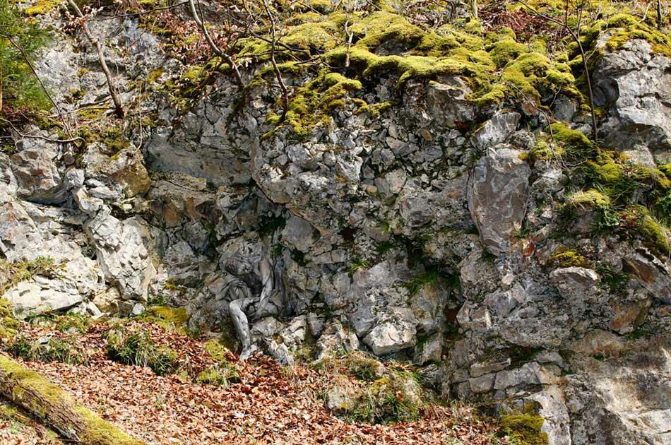 nahá žena ukrytá v skalách - obrázková hádanka