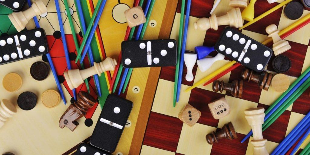 Spoločenské hry, rovnako ako hlavolamy čí hádanky sú cestou ako sa poriadne zabaviť a zároveň si zlepšiť pamäť.