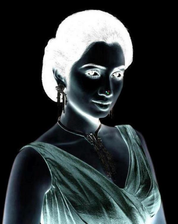 Zapozerajte sa na optickú ilúziu ženy aspoň 30 sekúnd. Vidíte to?